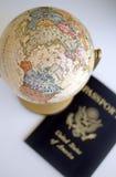 Globo y pasaporte Imagenes de archivo