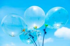 Globos azules del partido en fondo del cielo Fotografía de archivo