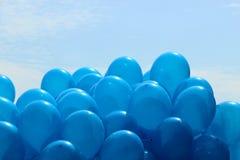 Globos azules en el fondo del cielo foto de archivo