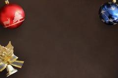 Globos azules y rojos de la Navidad, campana decorativa en backgro oscuro Imagen de archivo