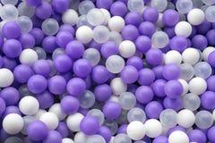 Globos blancos y púrpuras como un fondo o textura fotografía de archivo