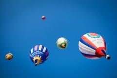 Globos coloreados brillantes en cielo azul Foto de archivo libre de regalías
