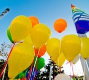 Globos coloreados en el cielo azul Fotos de archivo libres de regalías
