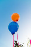 Globos coloreados en el cielo azul Foto de archivo