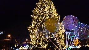 Globos coloreados en el fondo de un árbol de navidad i almacen de metraje de vídeo