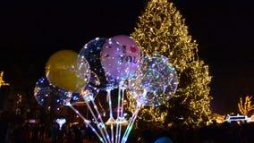 Globos coloreados en el fondo de un árbol de navidad i metrajes