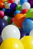 Globos coloridos atados juntos en Sunny Outdoor Festival Fill F Imagen de archivo libre de regalías