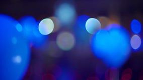 Globos coloridos borrosos del helio que se sacuden en interior festivo metrajes