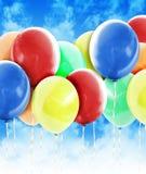 Globos coloridos de la celebración del partido en cielo Foto de archivo libre de regalías
