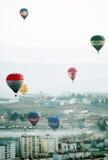 Globos coloridos del aire caliente en el aire, mañana de niebla Fotografía de archivo