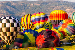 Globos coloridos del aire caliente que inflan fotografía de archivo libre de regalías