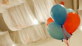 Globos coloridos del helio en el festival almacen de metraje de vídeo