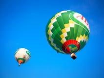 Globos coloridos del vuelo en cielo azul Imágenes de archivo libres de regalías
