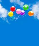 Globos coloridos en cielo azul Foto de archivo