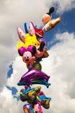 Globos coloridos en el cielo fotos de archivo