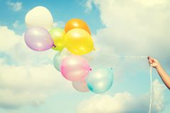 Globos coloridos en el cielo azul fotografía de archivo