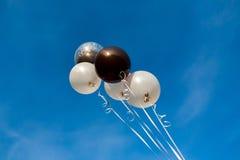 Globos coloridos en cielo azul imagen de archivo libre de regalías
