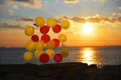Globos coloridos en la playa Fotos de archivo libres de regalías