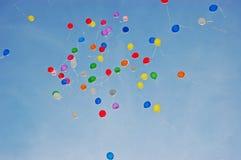 Globos coloridos en vuelo Imágenes de archivo libres de regalías