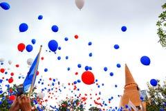 Globos coloridos que flotan en el aire Fotografía de archivo