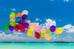 Globos coloridos que vuelan en el viento imagenes de archivo