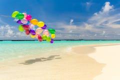 Globos coloridos que vuelan en el viento fotos de archivo