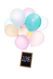 Globos coloridos, tablero con la palabra 2016, aislada en blanco Fotos de archivo