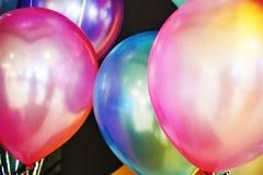 Globos coloridos vibrantes del primer en el partido foto de archivo