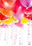 Globos con los bobinadores de cintas en modo continuo para la fiesta de cumpleaños Fotografía de archivo