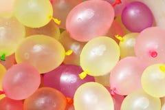 Globos de agua coloridos en un cubo Imágenes de archivo libres de regalías