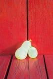 Globos de agua en la madera roja Fotografía de archivo
