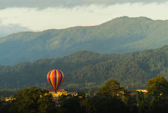 Globos de aire caliente coloridos que vuelan sobre la montaña Imagen de archivo libre de regalías