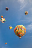 Globos de aire caliente con el fondo del cielo azul y de las nubes Foto de archivo