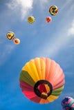 Globos de aire caliente con el fondo del cielo azul y de las nubes Fotos de archivo libres de regalías