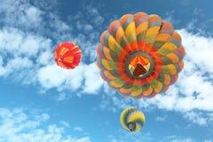 Globos de aire caliente con el fondo del cielo azul y de las nubes Foto de archivo libre de regalías
