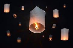 Globos de flutuação do fogo na noite Imagens de Stock Royalty Free