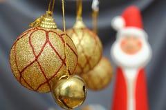 Globos de la Navidad del oro Imagen de archivo libre de regalías