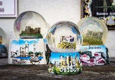 Globos de la nieve en una tienda de souvenirs en la ciudad encantadora de Obidos, P Fotografía de archivo