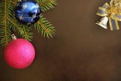 Globos de la rama del abeto de la Navidad, rosados y azules, campana decorativa encendido Fotos de archivo