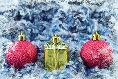 Globos del árbol de navidad en fondo del invierno con el espacio de la copia Imagenes de archivo