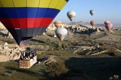 Globos del aire caliente cerca de Goreme en Turquía Foto de archivo libre de regalías