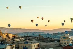 Globos del aire caliente de Cappadocia en la salida del sol foto de archivo