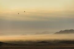 Globos del aire caliente en el área de Sossusvlei fotos de archivo