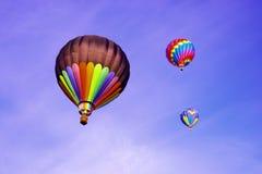 Globos del aire caliente en el claro Cielo azul Imágenes de archivo libres de regalías