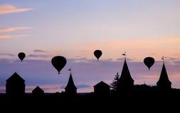 Globos del aire caliente en puesta del sol Contra el contexto del castillo Fotografía de archivo libre de regalías