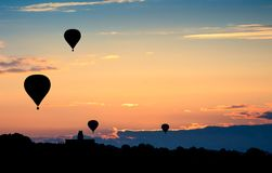 Globos del aire caliente en puesta del sol Fondo hermoso de la naturaleza Imágenes de archivo libres de regalías