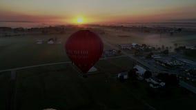 Globos del aire caliente que sacan en Autumn Morning de niebla almacen de metraje de vídeo