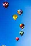 Globos del aire caliente que suben hacia el cielo Foto de archivo