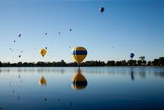 Globos del aire caliente sobre el lago Foto de archivo libre de regalías