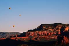Globos del aire caliente sobre rocas rojas de Sedona Fotografía de archivo libre de regalías